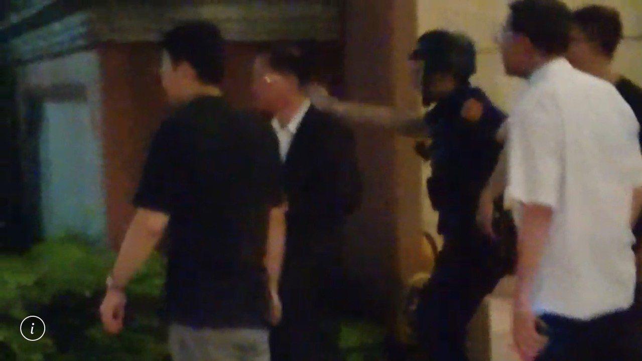 刑事局長黃明昭(白衣)也到場坐鎮。記者曾健祐/翻攝