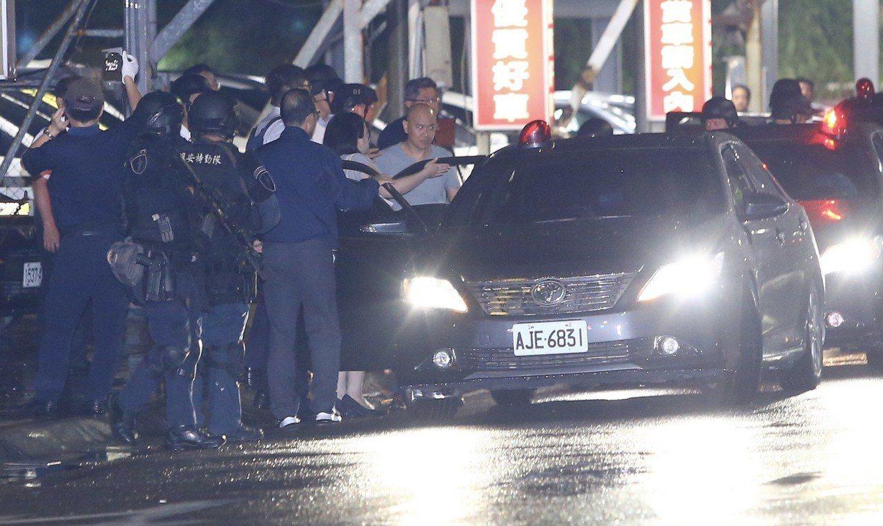 挾持案嫌犯被警方帶出。記者陳柏亨/攝影