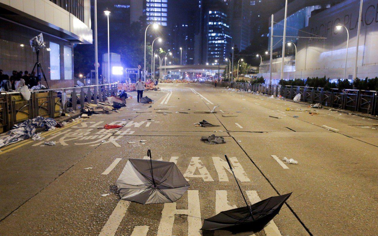 凌晨3時後,金鐘一帶只剩雜物組成的路障,未有示威者看守。 路透社