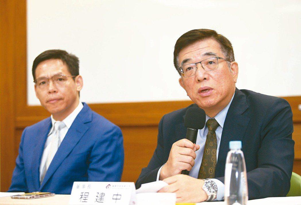 鎧勝董事長程建中(右) 記者蘇健忠/攝影
