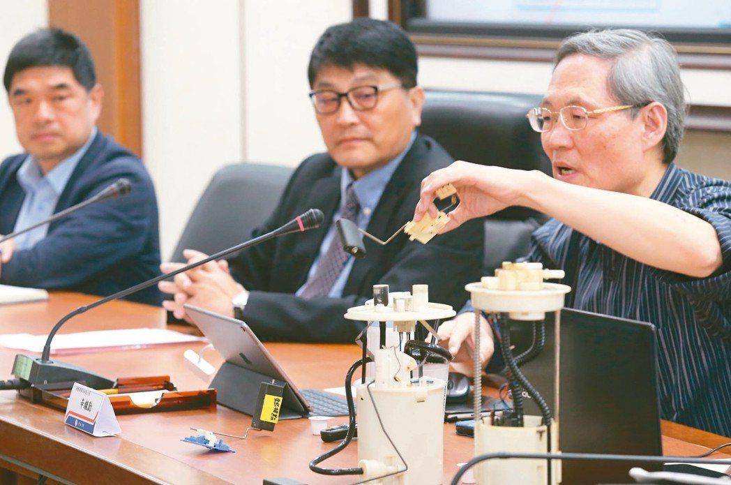 中油油品行銷事業部執行長羅博童(左起)、副總經理黃仁弘、煉製事業部副執行長辛繼勤...