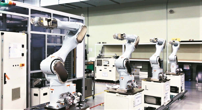 群創展示台南總部「智能智造」的自動化生產線成果。 記者李珣瑛╱攝影