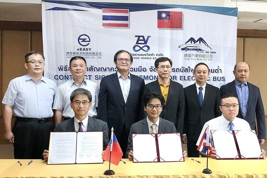 銥智公司總經理李尹彰(第一排左起)、泰國電動車公司董事總經理Somphop Kl...