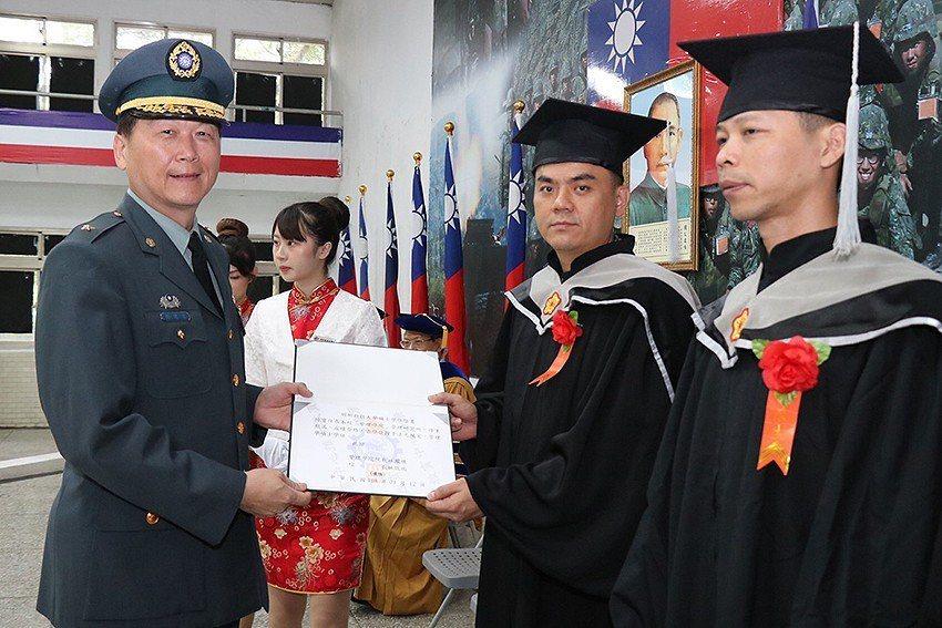 陸軍裝甲584旅「在營專班」畢業撥穗儀式,旅長楊建基將軍(左)親自頒發畢業證書。...