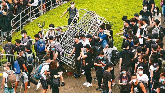 香港立法會今二讀辯論「逃犯條例」,一大清早數千香港民眾聚集在立法會外並拆掉圍欄。...
