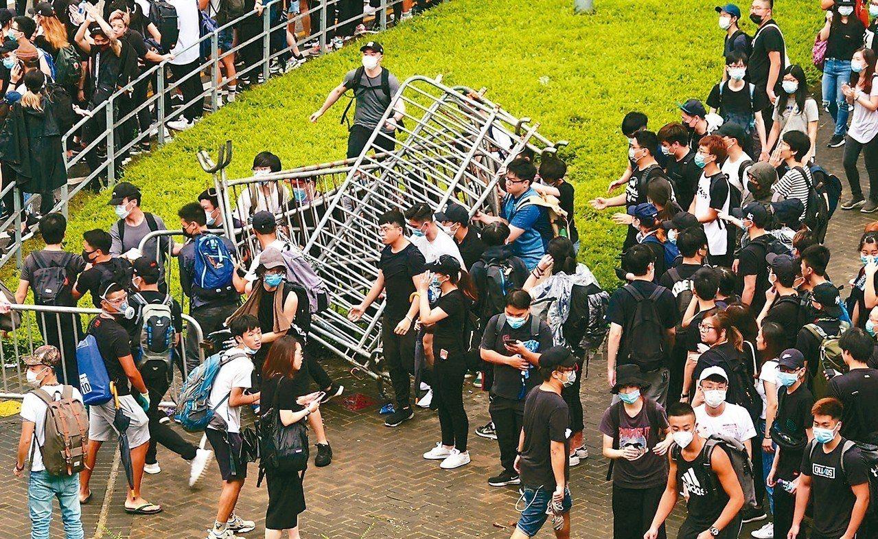 香港立法會今二讀辯論「逃犯條例」,一大清早香港民眾聚集在立法會外並拆掉圍欄。 特...