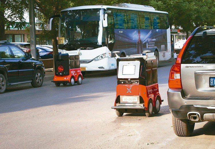 圖為送貨機器人在北京市區自動送貨。中新社