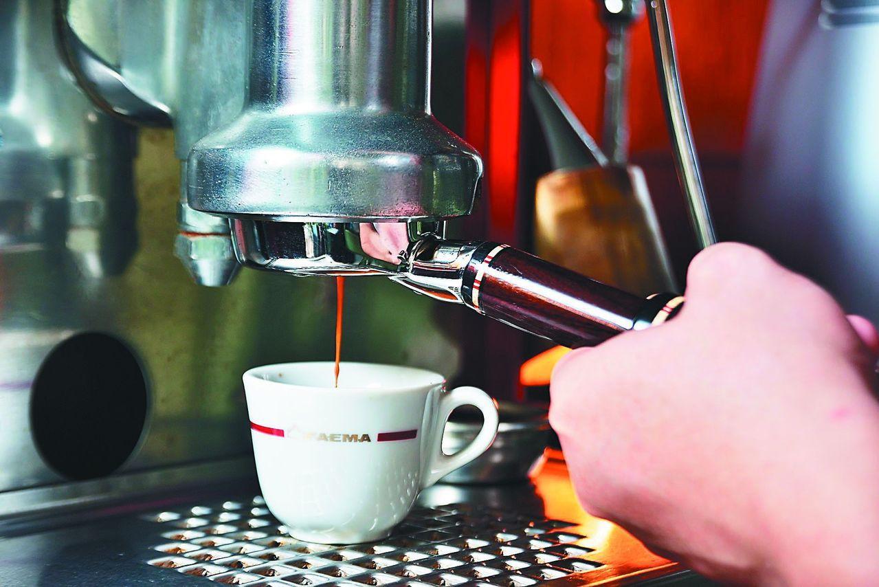 上班族來一杯咖啡,已成為生活中不能少的小確幸。圖/聯合報系資料照片