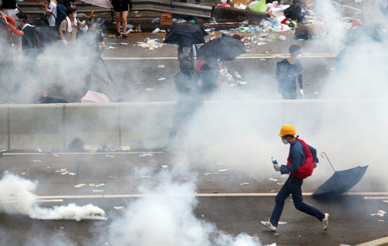港警丟催淚彈驅離在香港立法會外聚集的民眾,民眾四處流竄。特派記者王騰毅/攝影