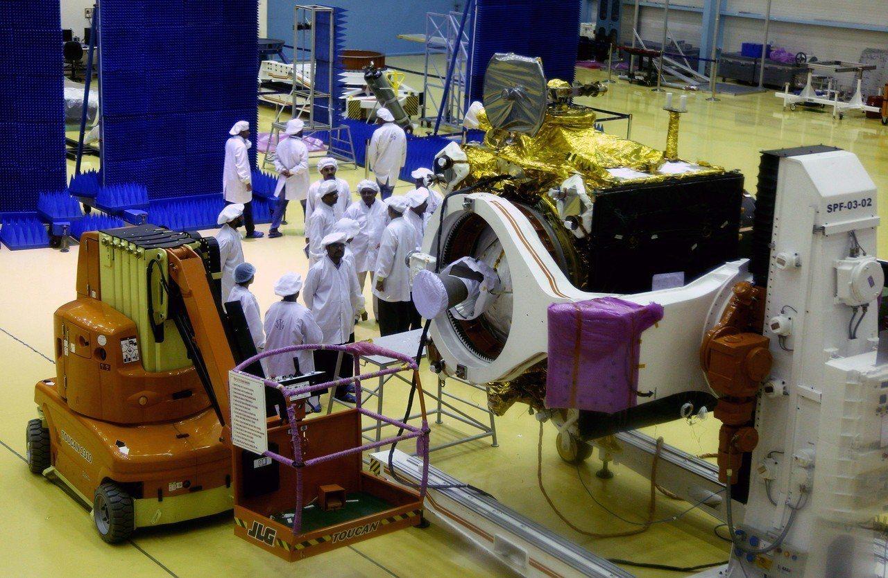 印度月球飛船二號(Chandrayaan-2)太空船今天亮相。 歐新社