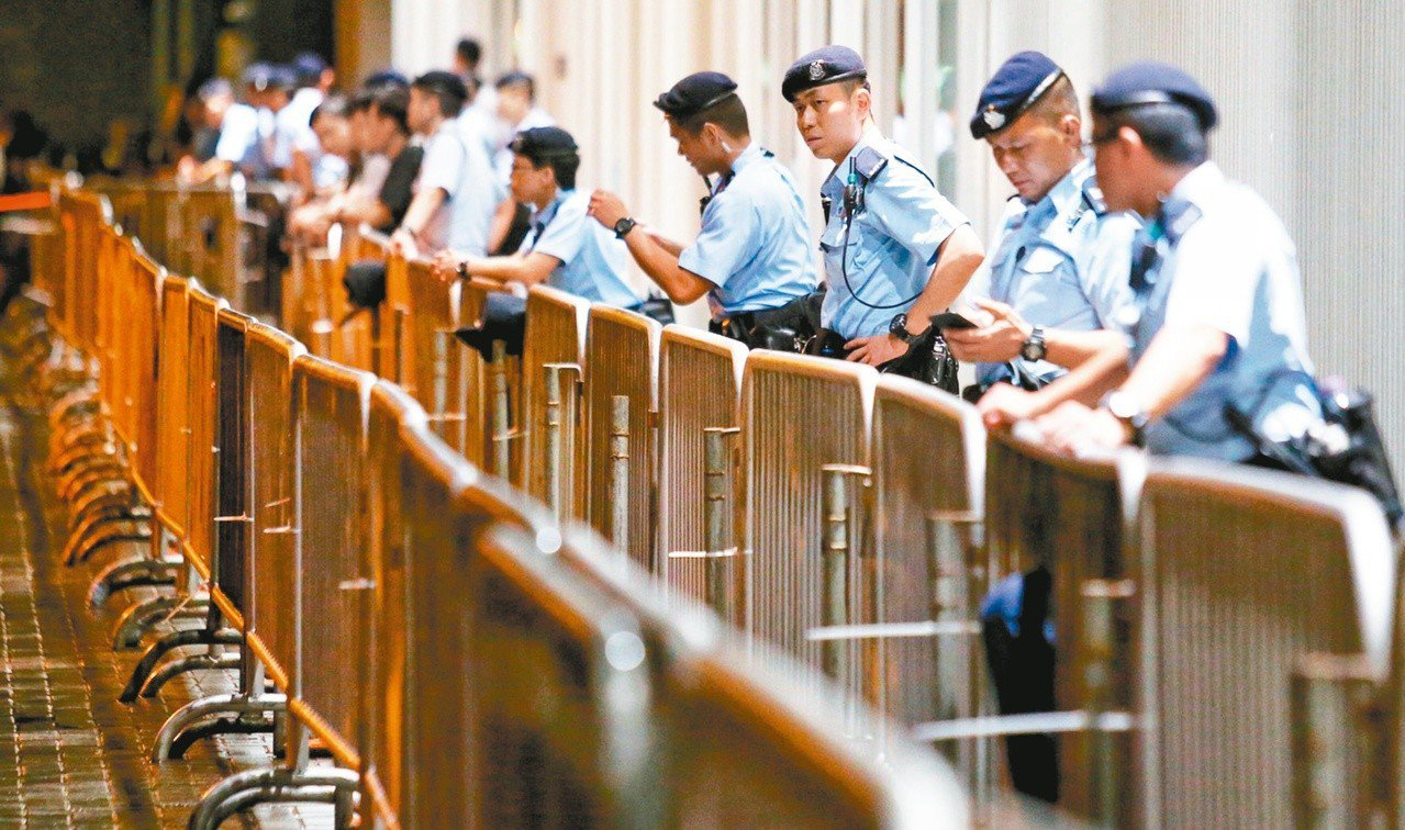 引發百萬港人上街抗議的「逃犯條例」修正案,今天將由香港立法會進行二讀辯論,香港民...