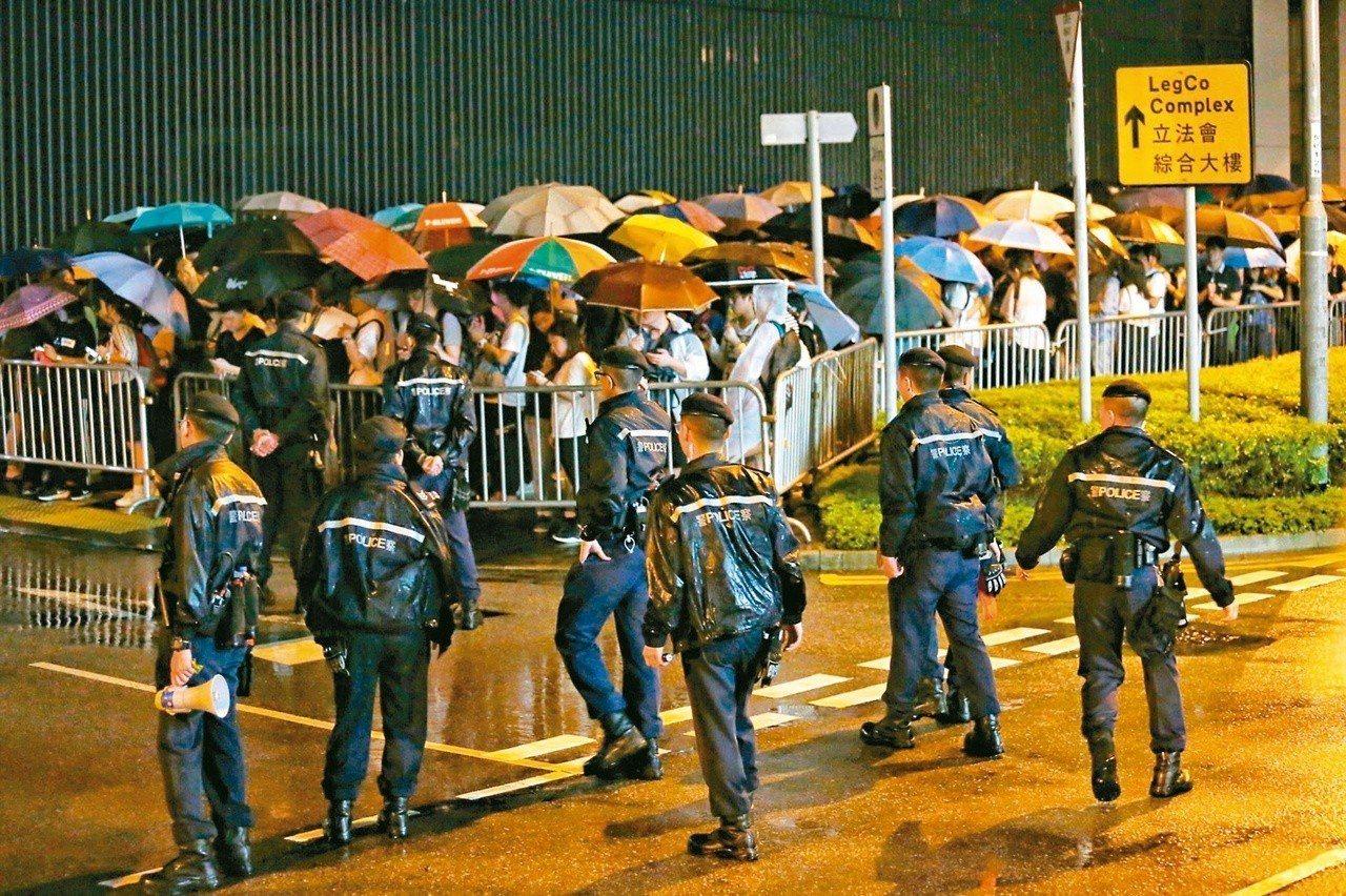 引發百萬港人上街抗議的「逃犯條例」修正草案,今將進行二讀辯論,香港民陣等團體發起...
