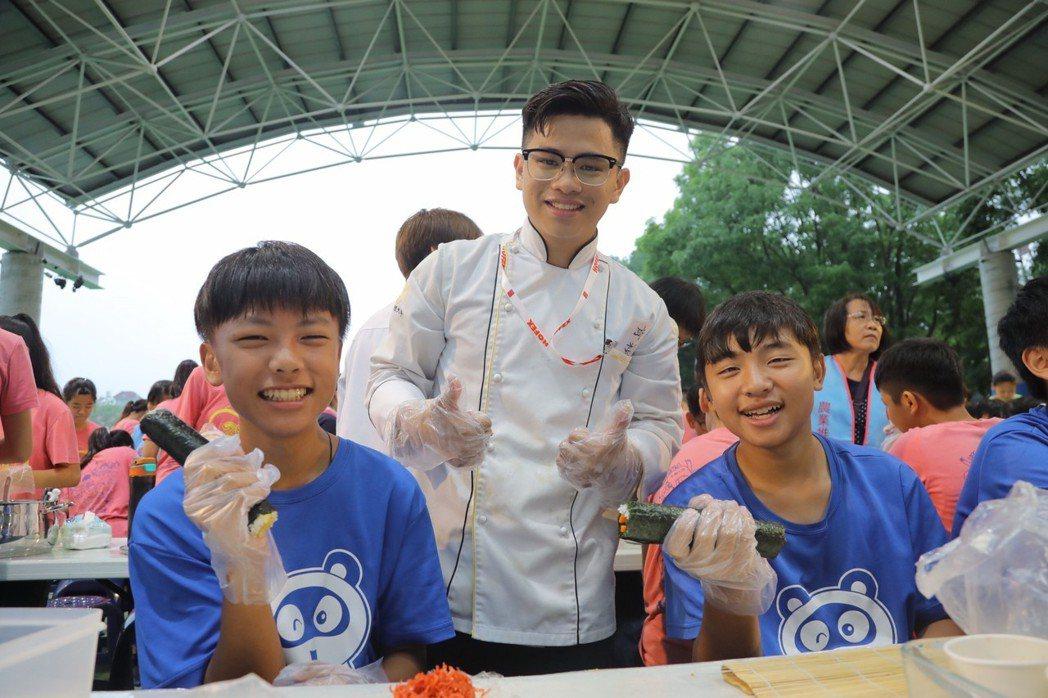 嘉藥餐旅系學生與紅瓦厝國小學童一同開心做料理。 嘉藥/提供