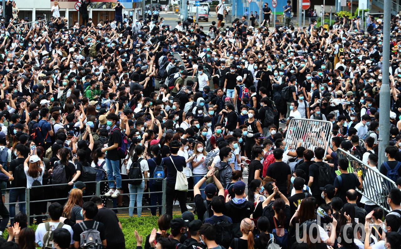 香港立法會12日二讀辯論「逃犯條例」,一大清早數千香港民眾聚集在立法會外,癱瘓立...