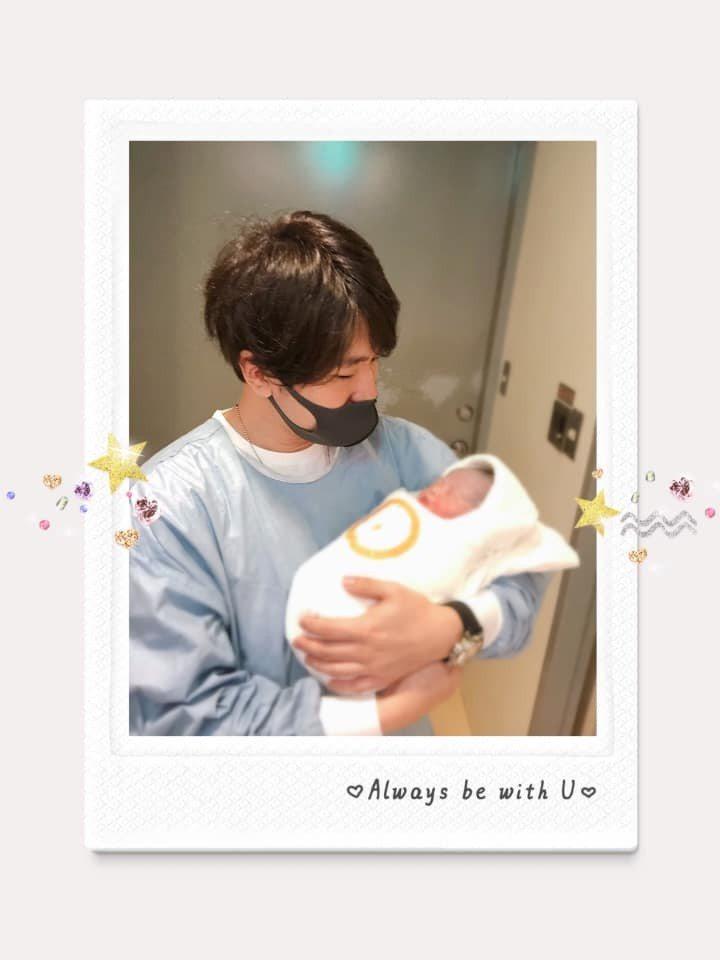 衛斯理抱著剛出生的女兒。 圖/擷自朱芯儀臉書