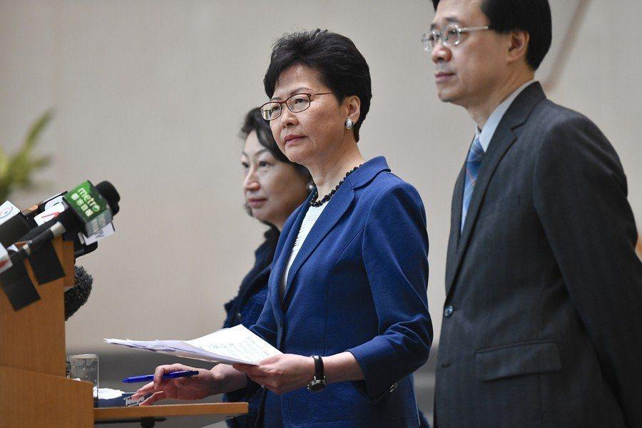 6月10日,香港特首林鄭月娥召開記者會回應逃犯條例遊行,堅持修法正當性。左為律政...