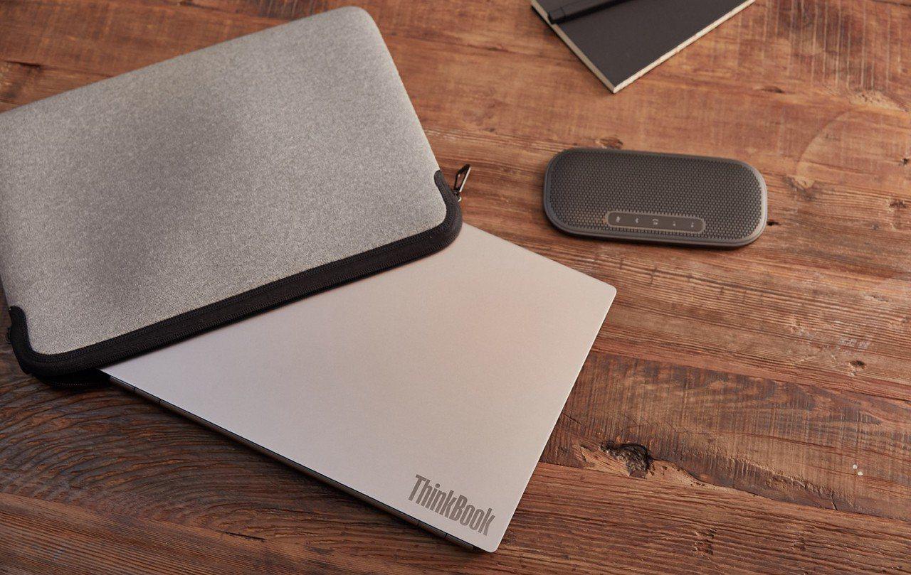 體積小又輕薄,單手就能輕鬆駕馭,就像是拿著筆記本般方便收納攜帶。 Lenovo ...