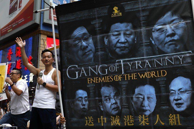 「柒」不僅在粵語中有「蠢」的意思,更諷刺林鄭月娥2017年以777票當選香港特首。 圖/美聯社