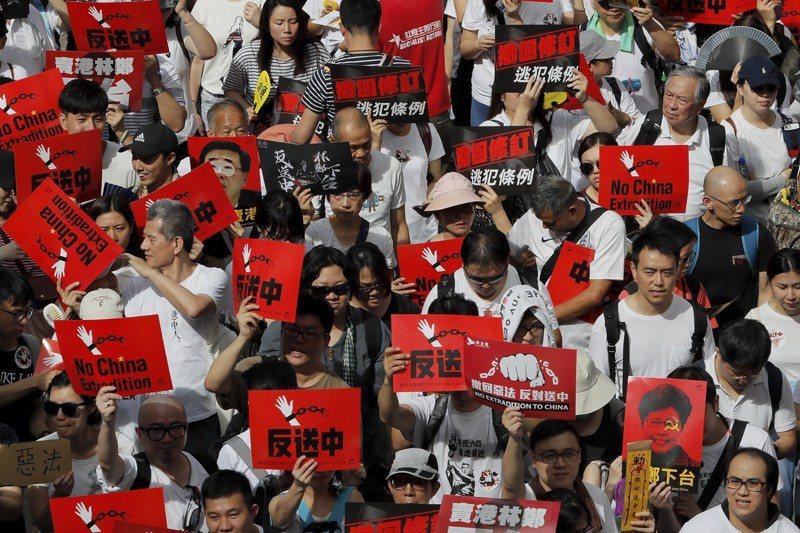 參與抗議遊行的香港民眾當時還不知道,全城約有103萬人響應。 圖/美聯社
