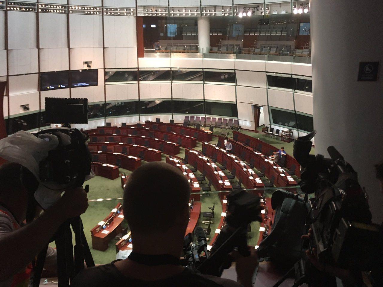 香港立法會12日召開會議恢復「送中條例」的二讀程序,一早就有大批抗議者集結在立法...