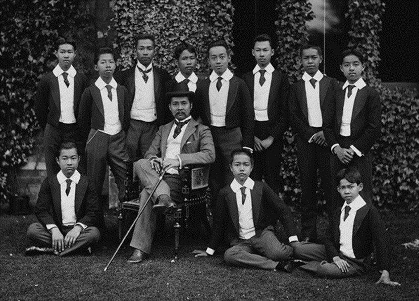 拉瑪五世(中)被視為推行泰國西化、現代化的最重要人物。他的改革、部分領土的割讓,...