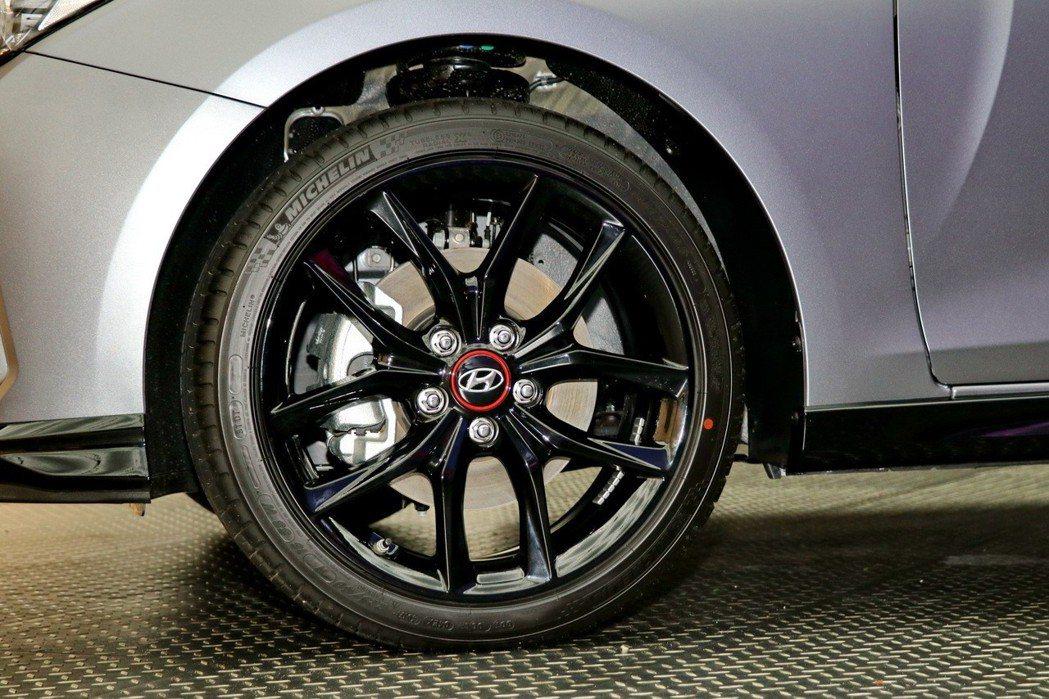 All-New VELOSTER風暴銀特仕車專屬配備18吋五幅式鋁圈。 記者陳威...