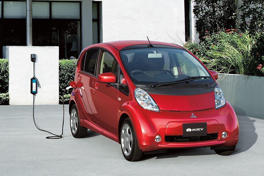 三菱i-MIEV加速電能系統的研發並於2013年推出Outlander PHEV...