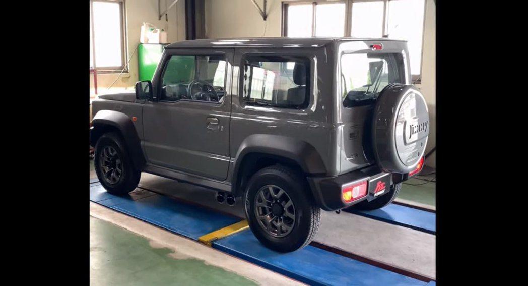 Fi Exhaust開發出Jimny專屬的側排系統。 摘自FiExhaust