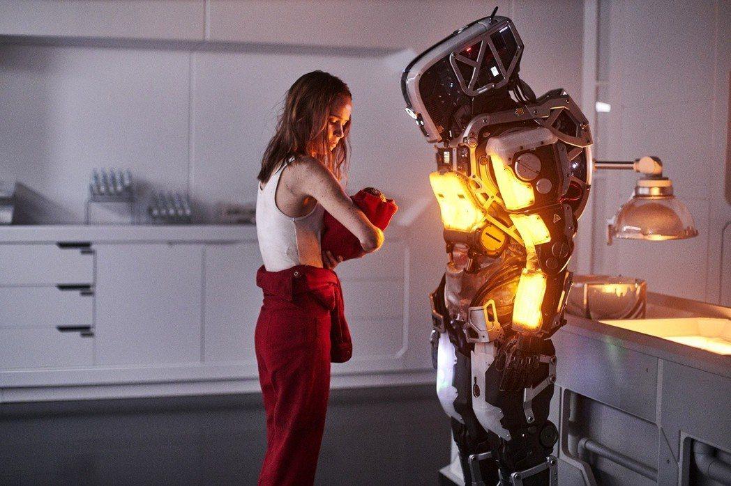 《AI終結戰》將「機器人」培育「人類」的科幻寓言躍然影上,左為女主角之一的克拉拉...