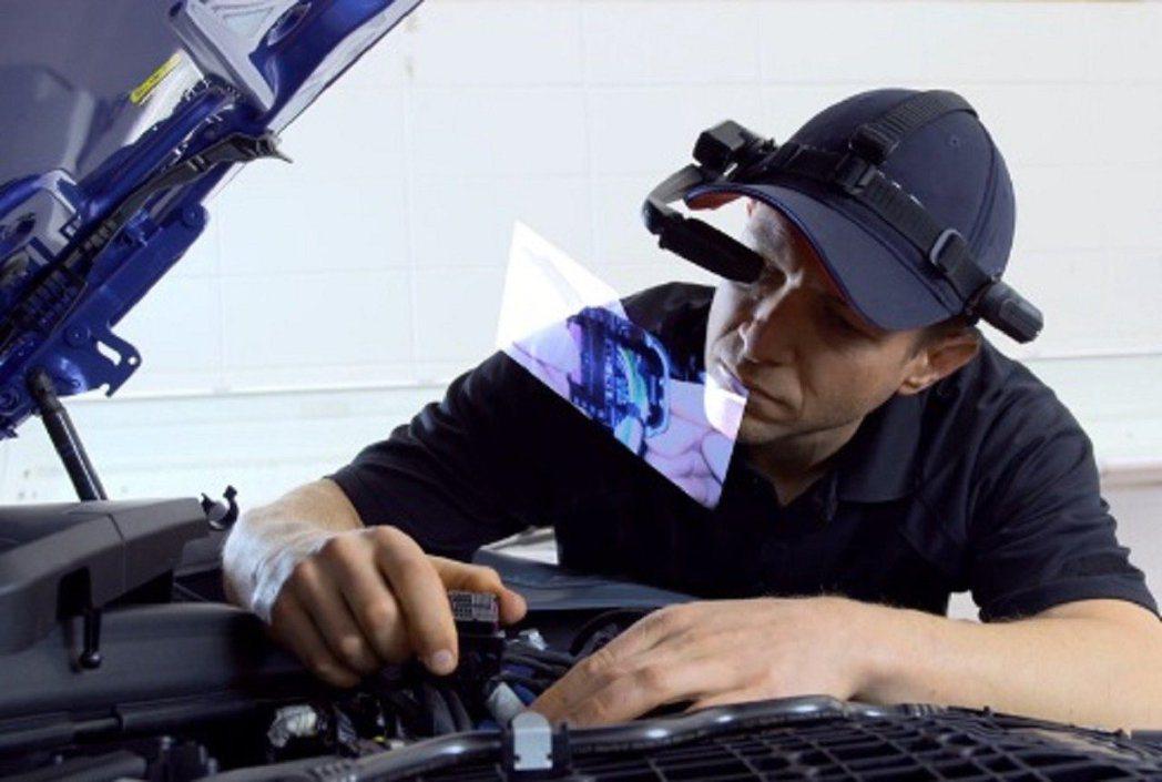還可以透過眼鏡直接投射維修步驟,讓技師維修更為便利。 摘自BMW