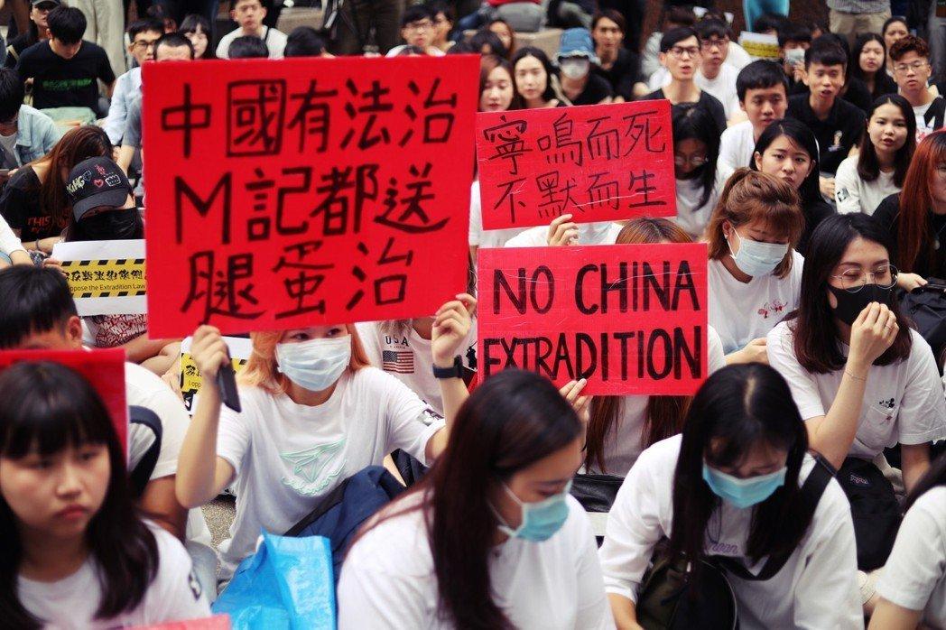 民眾的抗議標語:「如果中國有法治,M記都送腿蛋治」是諷刺《逃犯條例》沒有司法獨立...