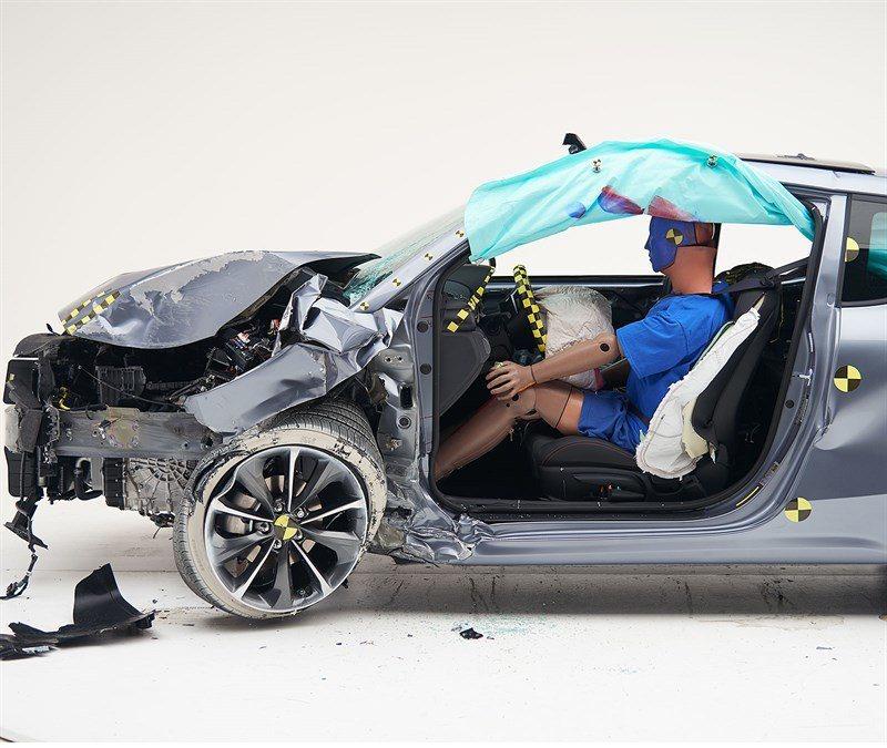 第二代Hyundai Veloster在受到正面偏位小區域撞擊後,A柱並未潰縮,...