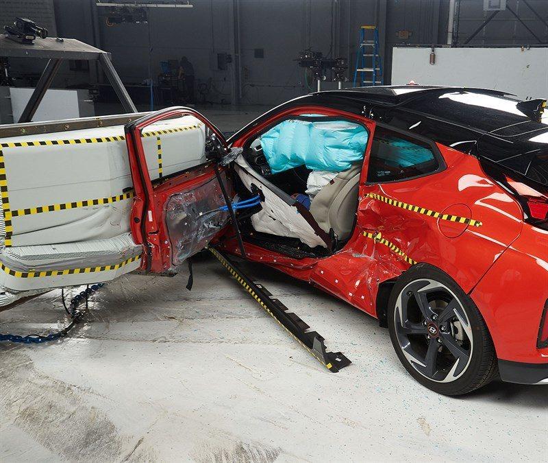 雖然Veloster在進行側面撞擊時,駕駛面的車門打開了,但並未影響到氣囊的運作...