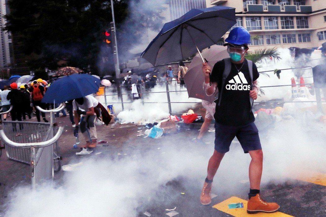 12日的抗爭行動,港警已動用催淚彈、布袋彈和橡膠子彈進行驅離。 圖/路透社