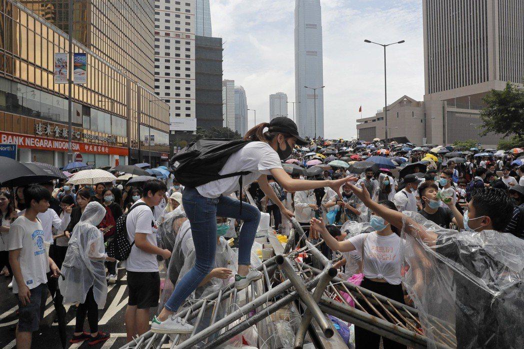 反對派指出,如果港府仍堅持修法、挾席次優勢闖關,反對派也預計將於7月1日再度集結...