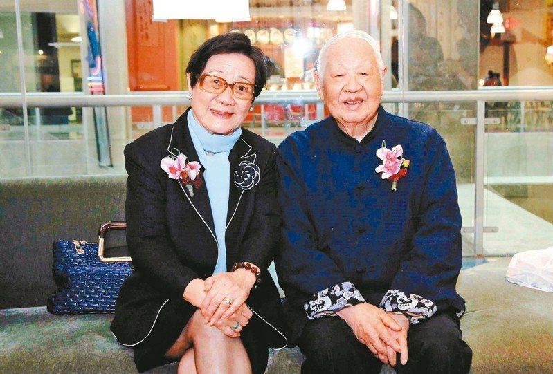 洛夫寫信對夫人陳瓊芳說:「盼望著妳,像盼望著春天一樣。」 圖╱陳瓊芳提供