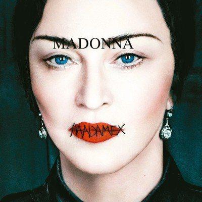 瑪丹娜的嘴唇被一排X縫起來,彷彿被噤聲。(圖/Madame X封面2,環球西洋提供)
