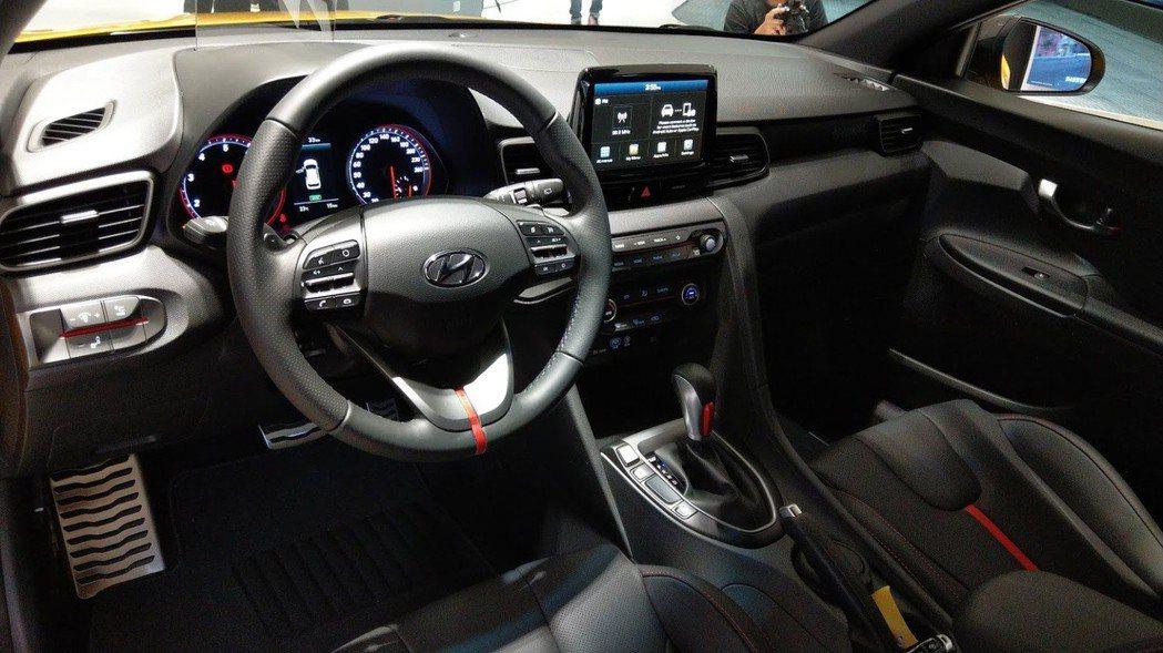 All New Veloster的8吋觸控螢幕採懸浮螢幕設計,其DPG數位式動態...