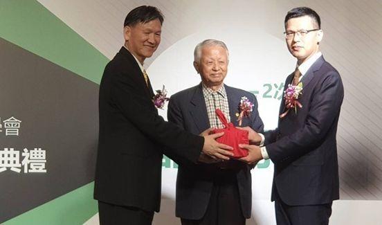 第四屆現任理事長李欽漢教授(左),交接給第五屆理事長蔡漢霖總經理(右)。