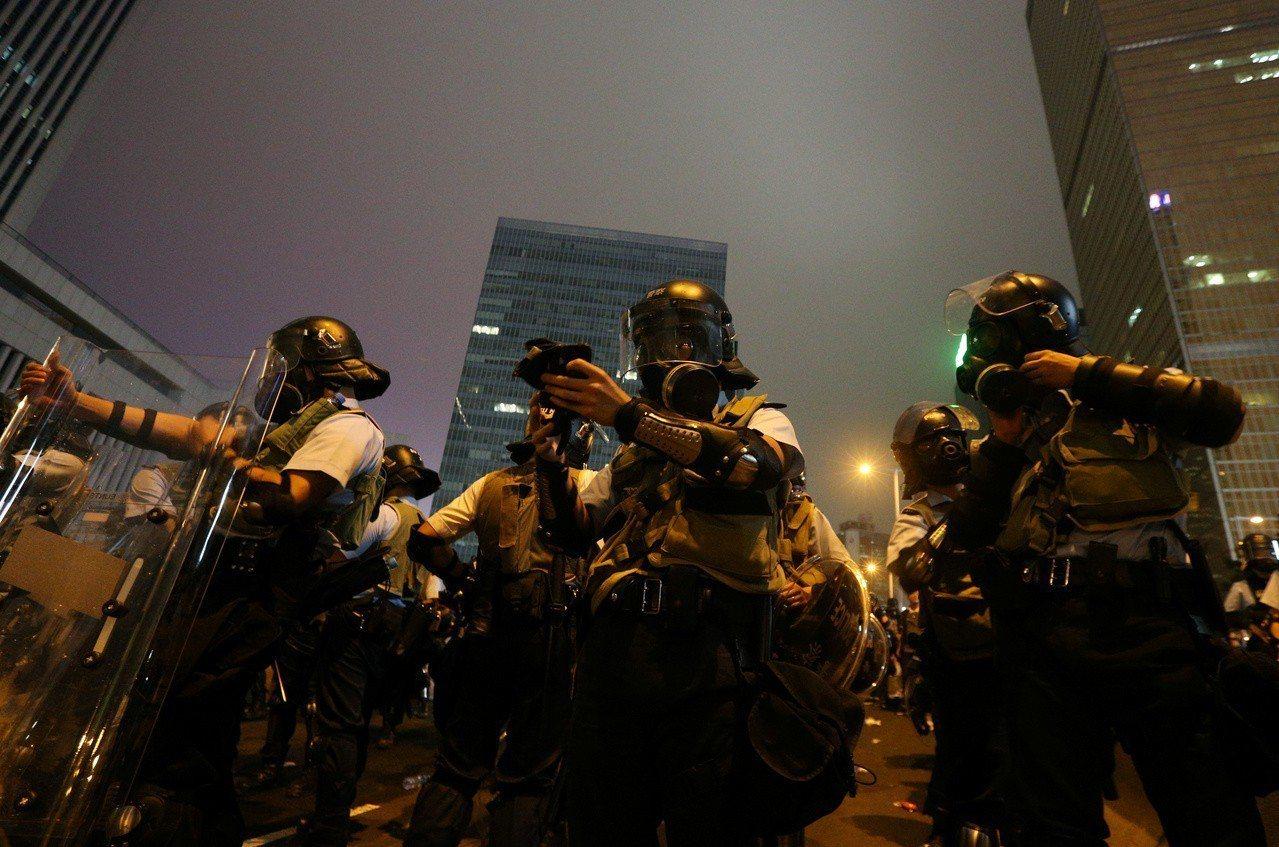 警民雙方在入夜後對峙,未有進一步行動,至晚上9時49分,平靜兩小時的衝突場面再度...