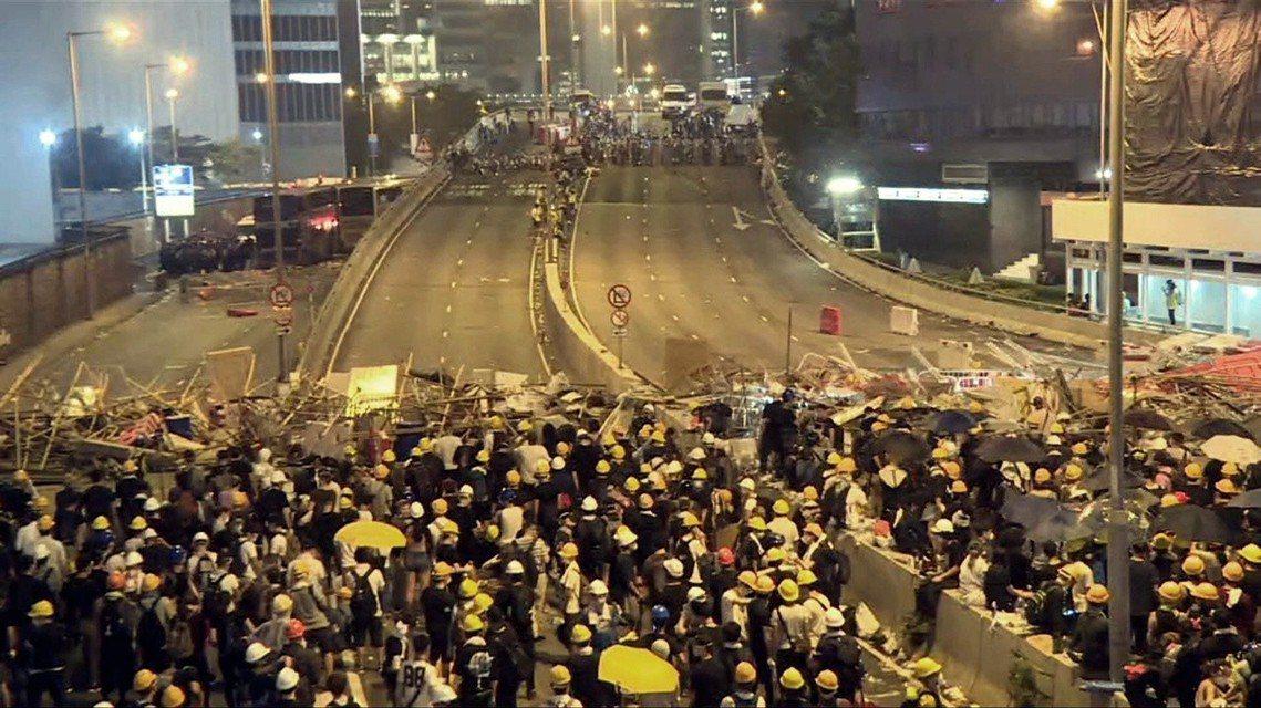 圖為香港金鐘的夏𢡱道,位於美國銀行中心、中環軍營中間的幹道上。 圖/法新社