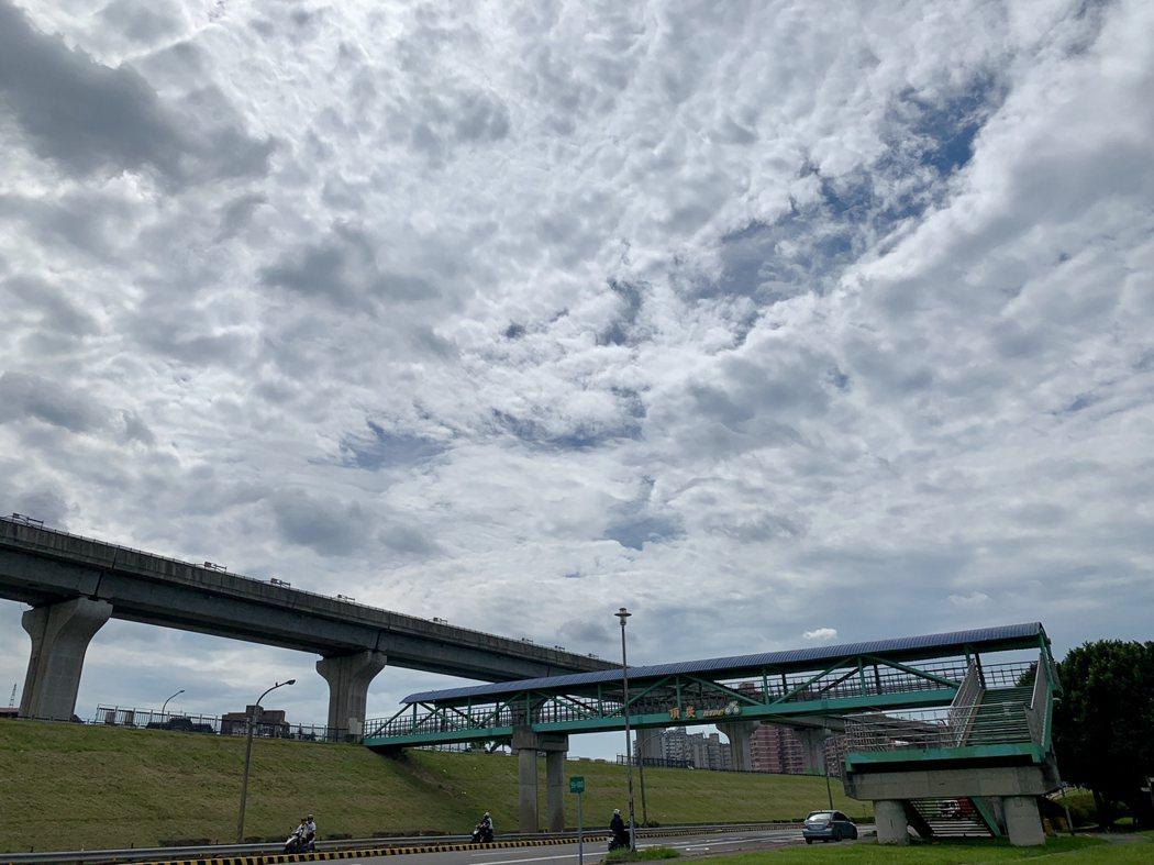 從疏洪荷花公園往機場捷運站的三重站往過去,天空雲朵來作畫