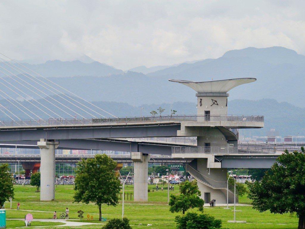 辰光橋,機場捷運三重站,大臺北都會公園的出口