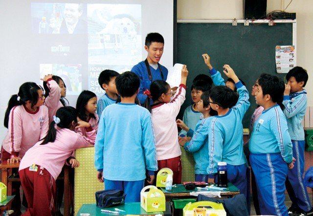 「孩子王」嚴天浩和孩子在一起,教起課來活力四射。
