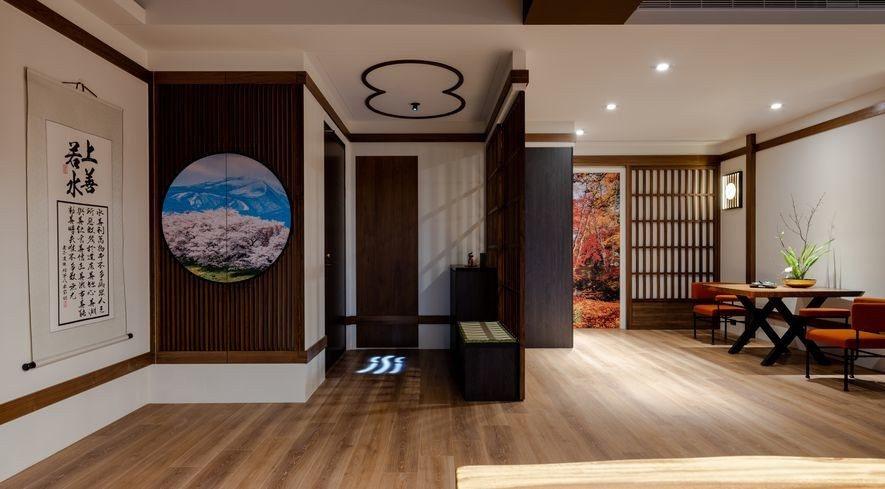 (圖)玄關櫃與烹調區門片擷取日本的季節場景,創造宛如推開窗門所見的大塊風景,顯現...