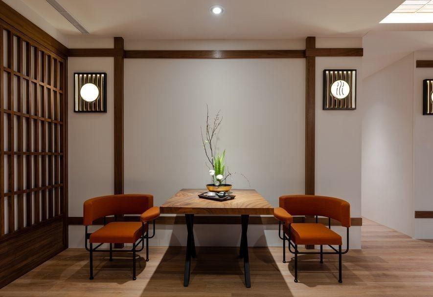 (圖)設計師轉化通往廚房的過道區塊,擺上大膽的亮橘單椅搭襯實木方桌,一桌二椅的形...