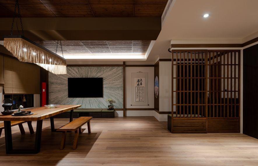 (圖)餐區的另一亮點是角落的空氣清淨機,設計師特別選用鮮明的東方紅跳脫空間色系,...