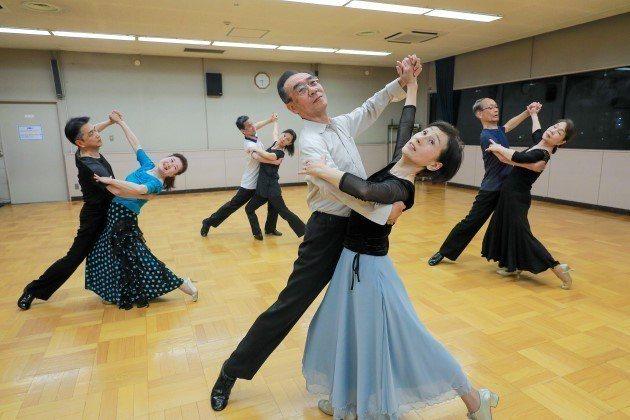 62歲的草島陽子(前)一週兩天,在東京狛江市社區運動中心練習國標舞。 (邱劍英攝...