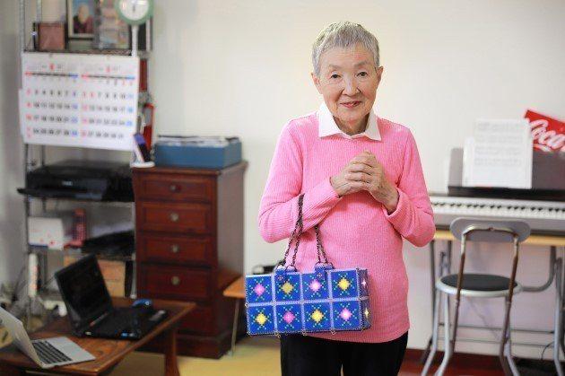 84歲的若宮正子不僅在82歲高齡開發出手機遊戲,在初學電腦時,也開啟了全球第一個...