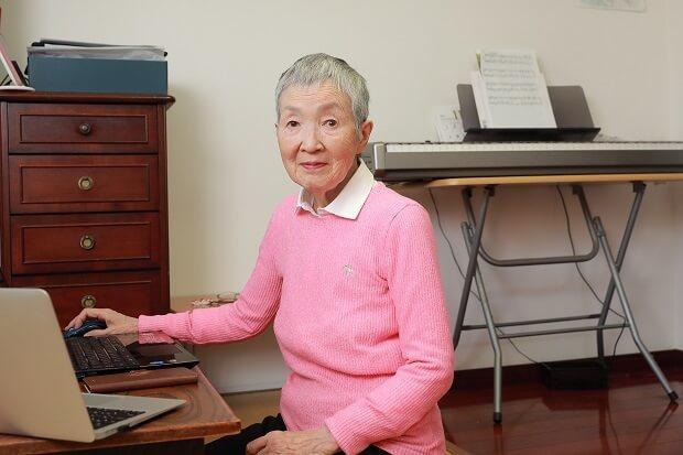高中學歷、單身獨居的若宮正子說,為了要與人連結,電腦才變得重要。 (邱劍英攝)